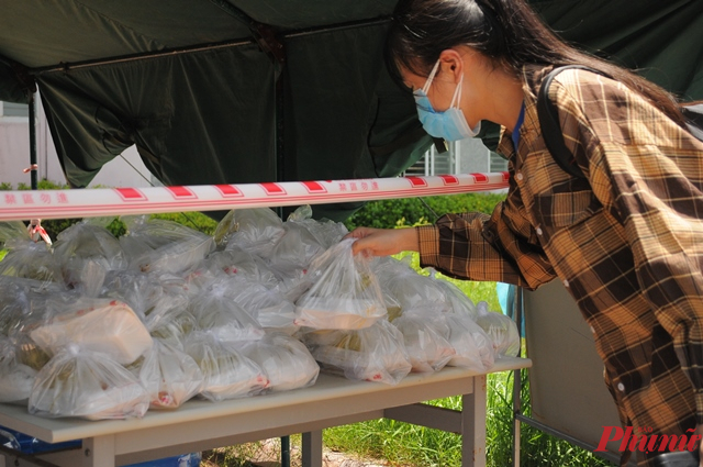 Đợt hồi hương lần này của hàng trăm người lao động có hoàn cảnh khó khăn sẽ được bố trí cách ly ở ký túc xá trường Đại học Phạm Văn Đồng. Lực lượng quân đội tại đây đã nấu cơm, chuẩn bị chổ ở cho các công dân trở về.