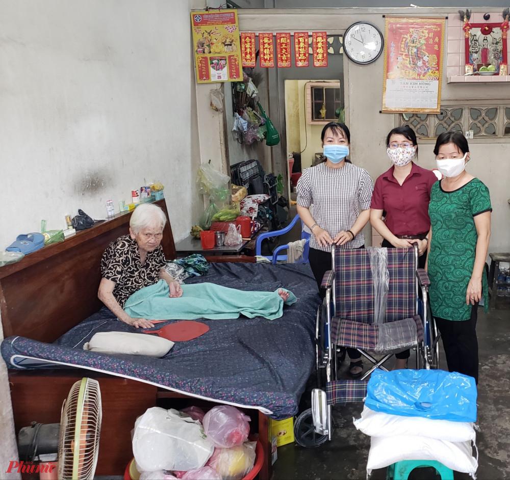 Hội tặng xe lăn cho phụ nữ già yếu, bệnh tật