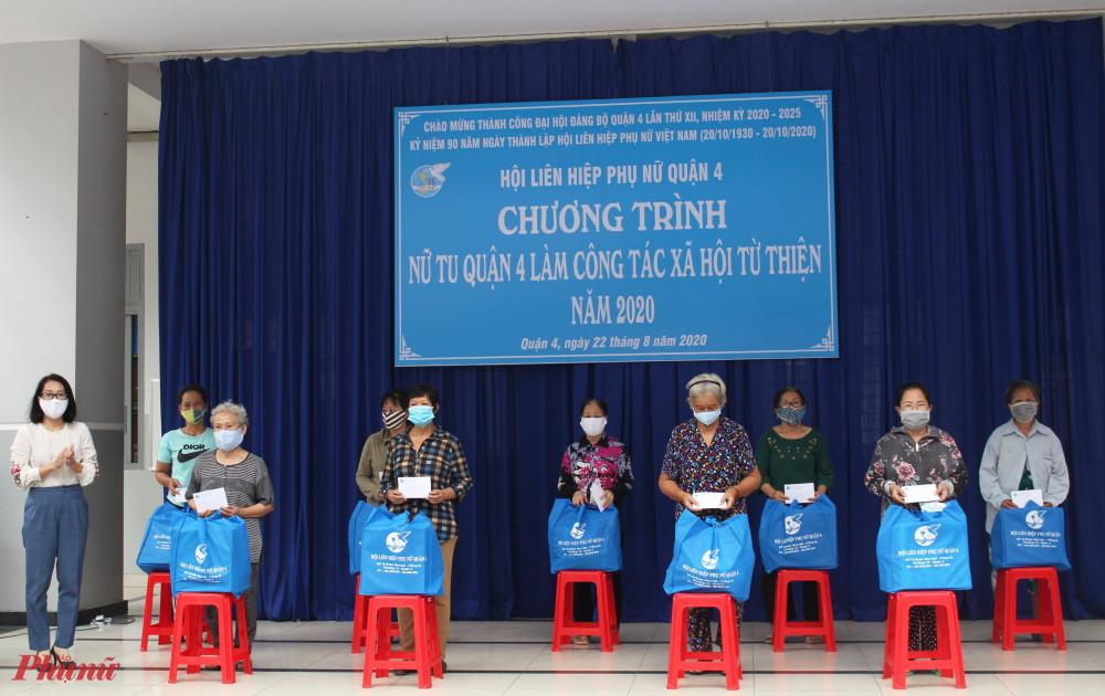 Chị Diễm Huỳnh - Chủ tịch Hội LHPN quận 4 tặng quà cho phụ nữ khó khăn