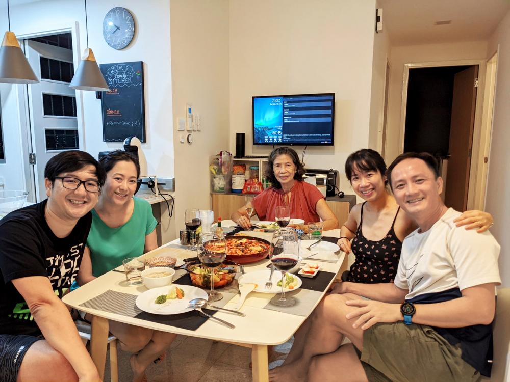 Dù không rành tiếng Anh, mẹ vẫn hào hứng cùng chúng tôi mời cơm những người bạn nước ngoài