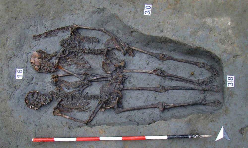 Những phần còn sót lại của 2 bộ xương được khai quật cho thấy 2 người đang nắm chặt tay nhau. Trái ngược với suy nghĩ trước đó của mọi người rằng, đây là cặp trai gái yêu nhau thì mới đây, các nhà khoa học đã xác nhận đây là 2 nam thanh niên - Ảnh: Đại học Bologna/EPA
