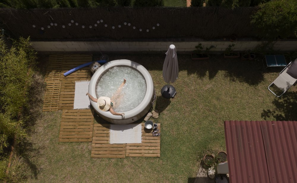 Lita Gomez uống một ly rượu khi ngâm mình trong hồ bơi mới mua