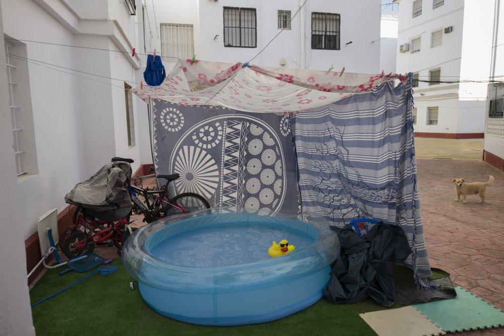 Một hồ bơi hơi nhỏ trong khu vực chung của một chung cư