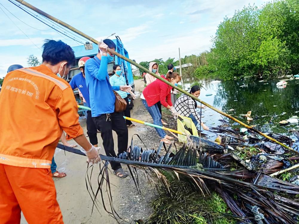 Người dân huyện Cần Giờ tham gia cải tạo tuyến kênh đen, trồng cây xanh