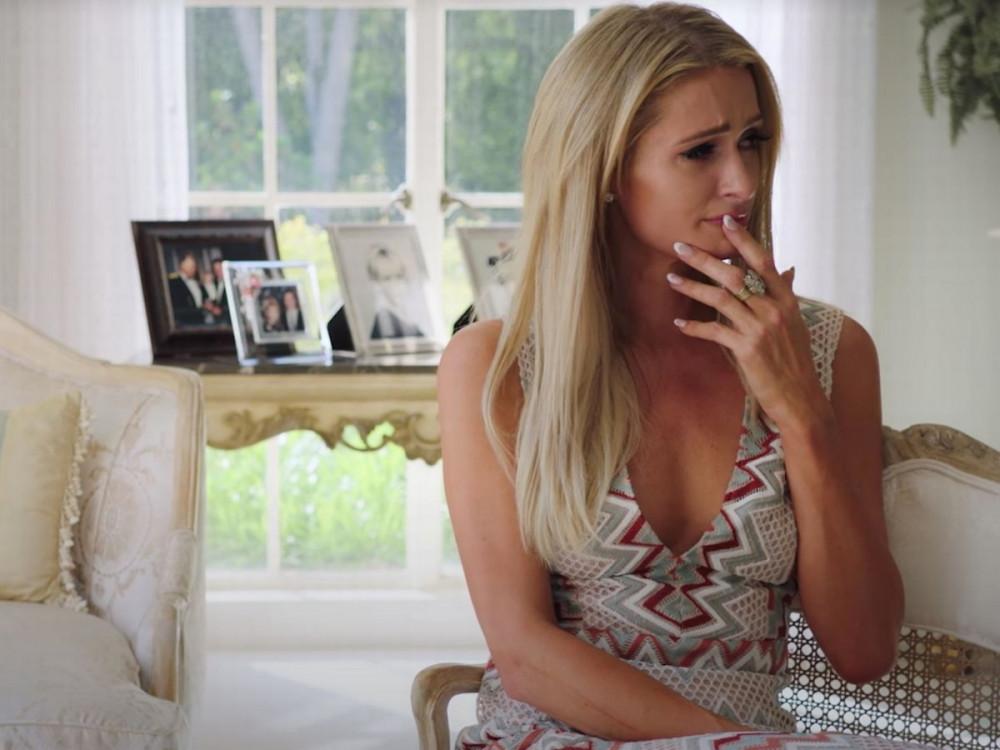 Paris Hilton xúc động khi nhắc lại chuyện quá khứ.