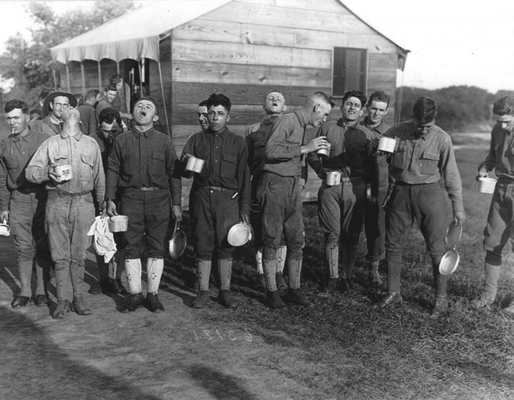 Cúm Tây Ban Nha là mối lo ngại lớn trong Thế chiến I, bởi thế, những binh sỹ tại War Garden ở Camp Dix (nay là Fort Dix, New Jersey) này súc miệng bằng nước muối hằng ngày để ngăn ngừa viêm đường hô hấp, năm 1918. (Nguồn: Getty Images)