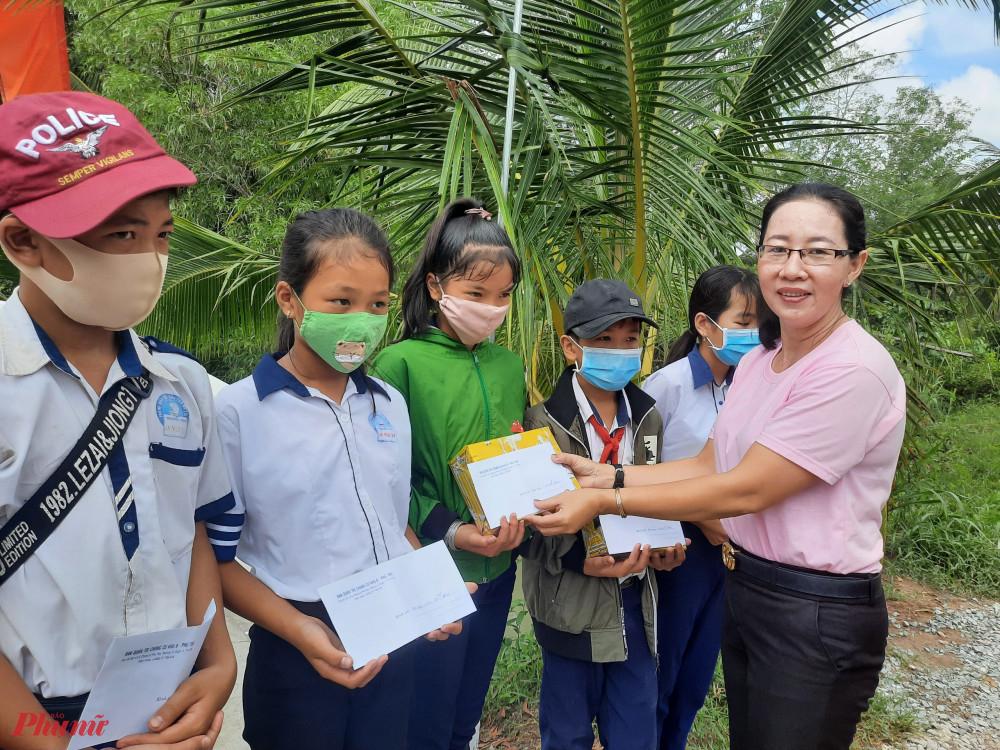 Hội tặng quà và học bổng cho trẻ em trong ngày trao tặng cây cầu giao thông mới