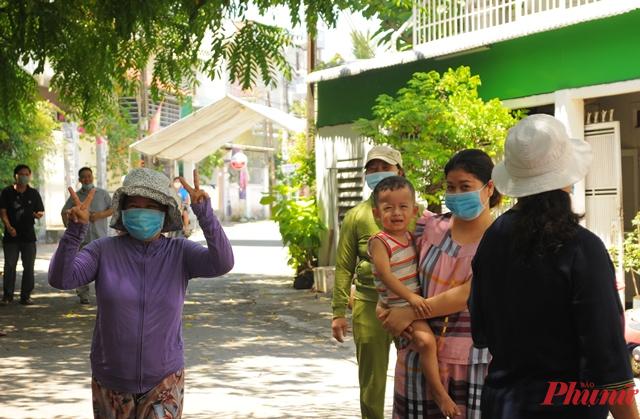 Người dân tổ 9, phường Quảng Phú vỡ òa trong vui mừng khi được dỡ cách ly