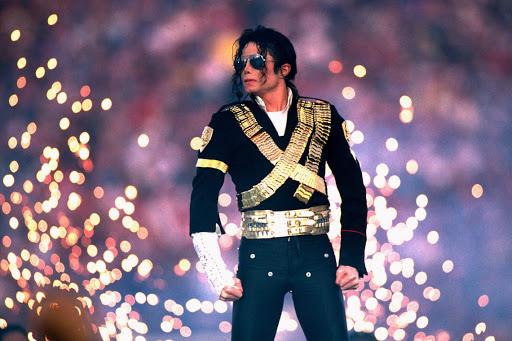 Michael Jackson sở hữu làn da đen nhưng càng nổi tiếng, da ông càng sáng và nhiều người cho rằng ông can thiệp thẩm mỹ nhưng nam ca sĩ từng nói ông bị rối loạn sắc tố da.