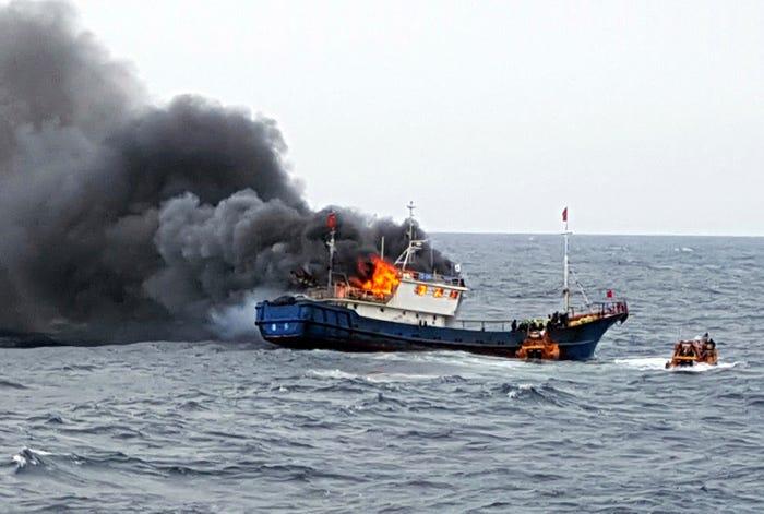 Một tàu cá Trung Quốc bốc cháy sau khi lực lượng bảo vệ bờ biển Hàn Quốc bắn súng phóng lựu để ngăn chặn tàu xâm nhập vùng biển ngoài khơi đảo Hong (Hàn Quốc) ngày 29/9/2016 - Ảnh: AP