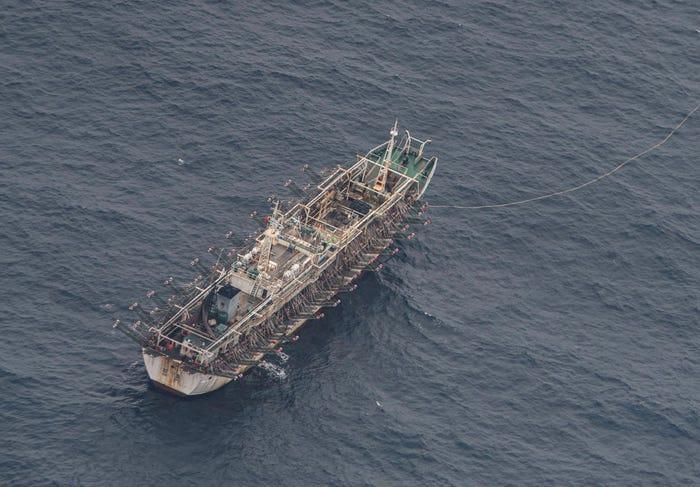 Một tàu đánh cá ở vùng biển quốc tế gần quần đảo Galapagos, nhìn từ máy bay của hải quân Ecuador, ngày 7/8/2020 - Ảnh: Reuters