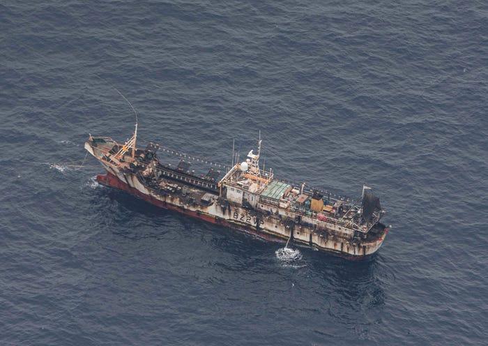 Một tàu đánh cá (Trung Quốc) nhìn từ máy bay của hải quân Ecuador ở vùng biển quốc tế gần quần đảo Galapagos ngày 7/8/2020 - Ảnh: Reuters