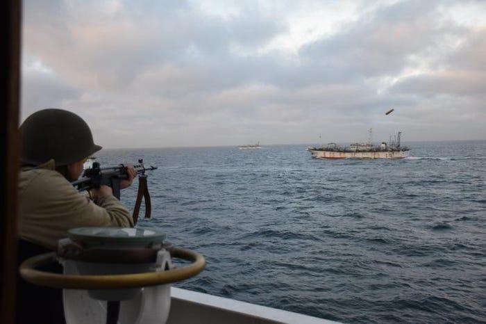 Một binh sĩ Argentina bắn vào tàu đánh cá Trung Quốc ở vùng biển Argentina, ngày 22/2/2018 - Ảnh: AP
