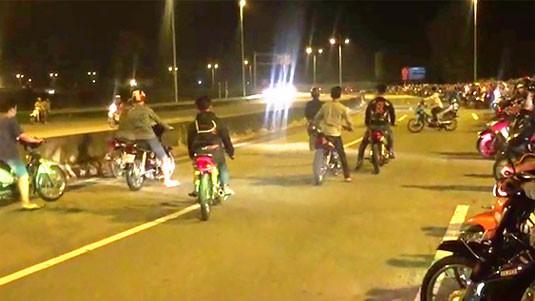 Một nhóm thanh niên tụ tập đua xe trái phép trước đó.