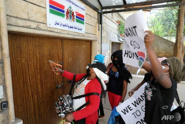 Những người phụ nữ tụ tập trước lãnh sự quán Kenya.