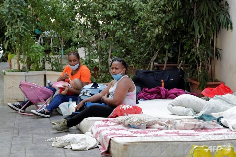 Những người phụ nữ cắm trại bên ngoài lãnh sự quán, yêu cầu được giúp đỡ quay về quê hương.