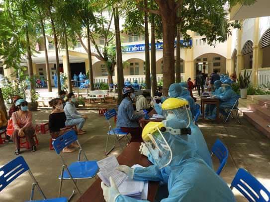 Trong 2 ngày 24, 25/8, Trung tâm y tế Hải Châu phối hợp với UBND phường Hòa Cường Nam lấy mẫu xét nghiệm cho 200 tiểu thương chợ Đầu Mối Hòa Cường.