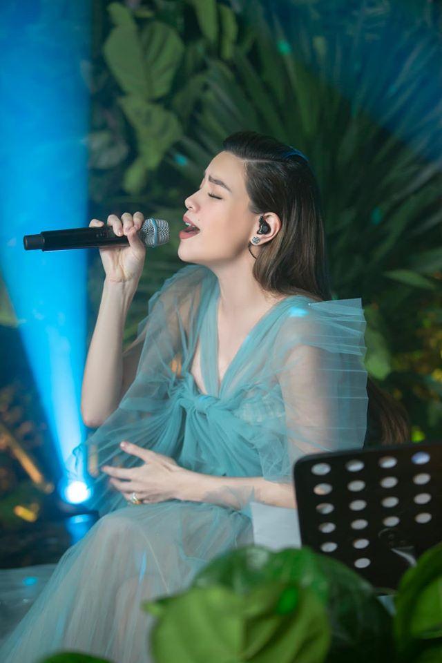 Ca sĩ Hồ Ngọc Hà tổ chức buổi biểu diễn trực tuyến gần đây, thu hút nhiều khán giả xem trên YouTube, Facebook