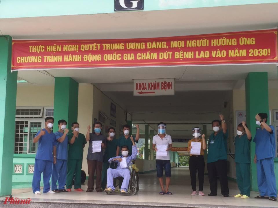 4 bệnh nhân khỏi COVID-19 vui mừng ngày ra viện