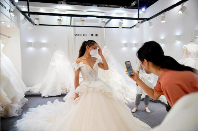 Tiệc cưới đã được phép tổ chức lại nhưng nhiều người vẫn tiết kiệm chi phí nên ngại chi tiền cho váy cưới