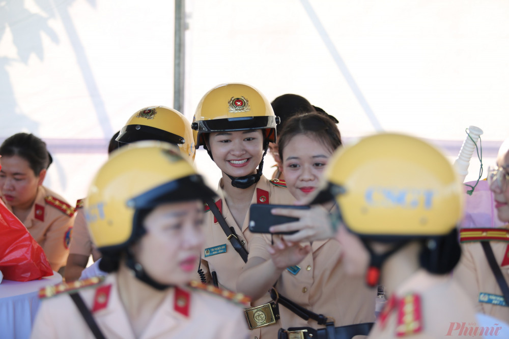 Phần lớn các nữ CSGT tham gia đợt này đều vui vẻ trước khi chuẩn bị lễ duyệt đội hình ra mắt đội nữ CSGT dẫn đoàn.