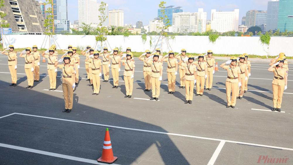 Các nữ CSGT đội hình dẫn đoàn lần đầu thực hiện động tác chào trong lễ duyệt đội hình.