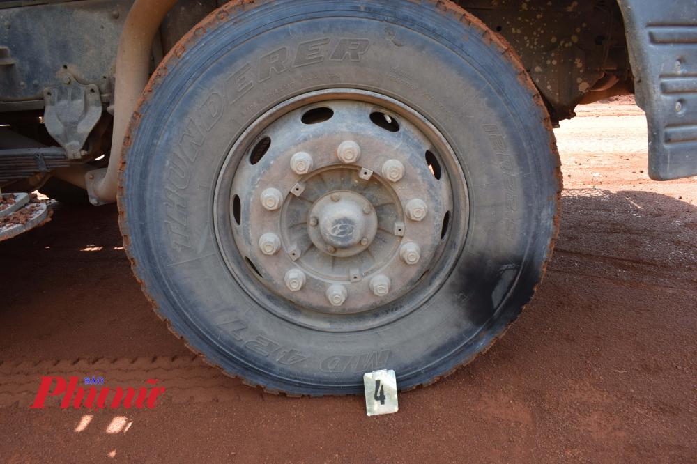 Điện phóng cháy xe cả lốp xe cần cẩu