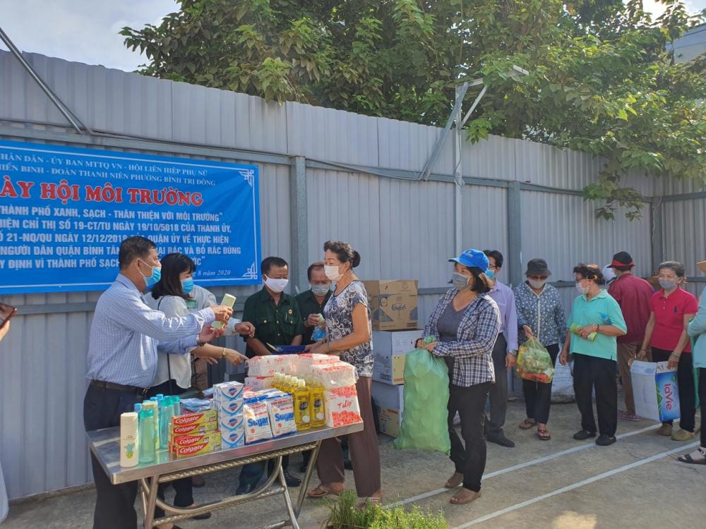 Người dân phường Bình Trị Đông xếp hàng đổi rác lấy quà.