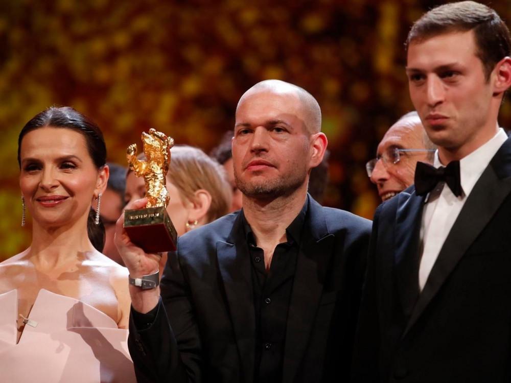 Đạo diễn Nadav Lapid (giữa) cùng giám khảo Juliette Binoche (trái) và diễn viên Tom Mercier sau lễ trao giải Liên hoan phim Berlin ngày 16/02/2019.