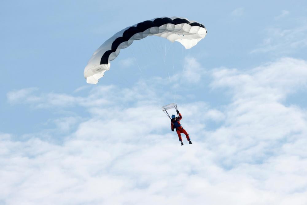 vận động viên nhảy dù người Thụy Sỹ Raphael Domjan đã thực hiện cú nhảy lịch sử.