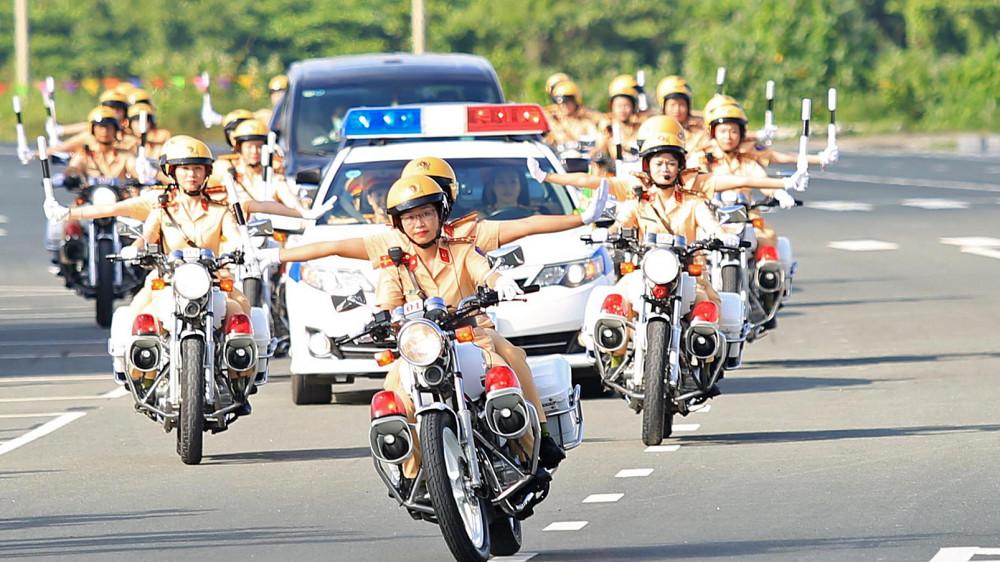 Đội hình nữ cảnh sát giao thông thực hành dẫn đoàn - ảnh: Đỗ Minh