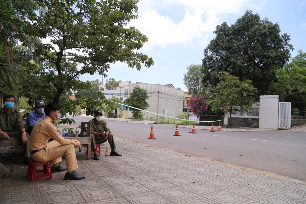 Lực lượng chức năng chốt chặn ở tổ dân cư 5A (khu phố 1, phường Đông Lễ, TP. Đông Hà)
