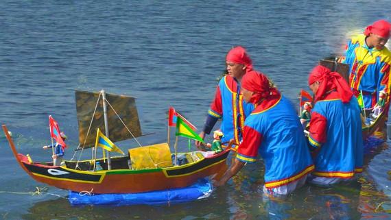 Nghi lễ thả mô hình thuyền ra biển trong Lễ khao lề thế lính Hoàng Sa - Ảnh: Nguyễn Trang