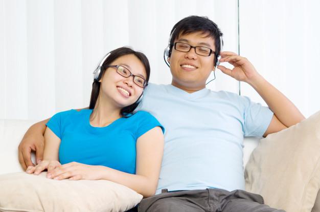 Hai vợ chồng không thể cùng nghe một bản nhạc. Ảnh minh họa