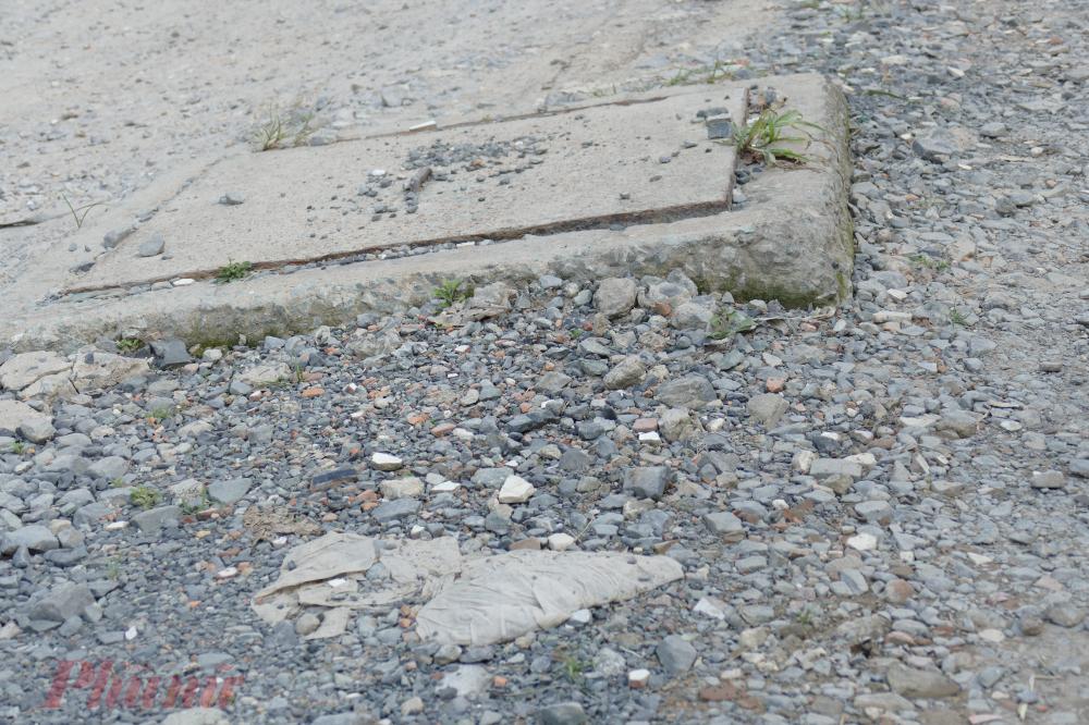 Nhiều hạng mục nằm ngổn ngang trên mặt đường gây bức xúc cho người qua lại