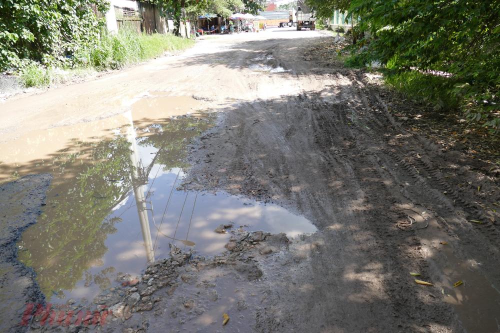 Con đường đất đỏ lởm chởm ''ổ gà tồn tại gần 3 thập niên giữa lòng Sài Gòn khiến người dân bức xúc