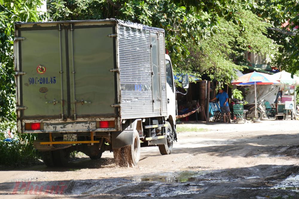 Phương tiện di chuyển nhiều khiến mặt đường xuống cấp càng nghiêm trọng