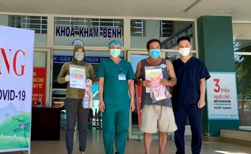 Hai bệnh nhân được xuất viện tại Bệnh viện Dã chiến Hòa Vang sáng 25/8