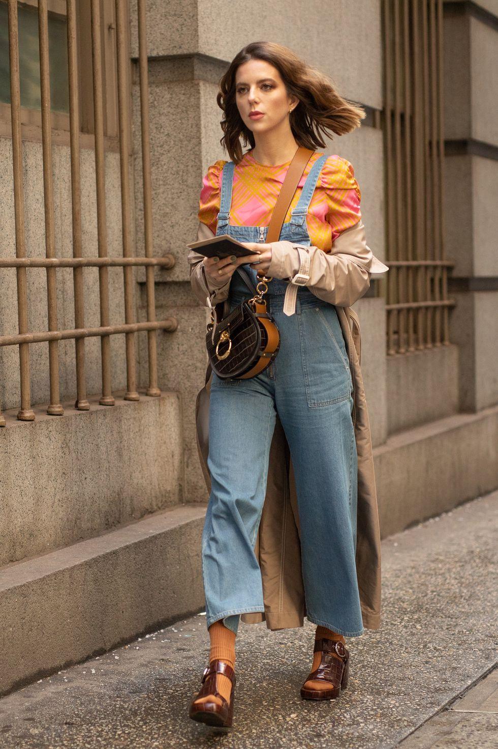 Phong cách với tất và dép Chiếc quần yếm denim của bạn là cơ sở tốt để bạn thử nghiệm một số phong cách thời trang phức tạp hơn như đi tất với xăng đan. Nếu bạn thích màu sắc, hãy kết hợp tất của bạn với màu có trên áo và sau đó kết hợp với một đôi xăng đan màu trung tính.