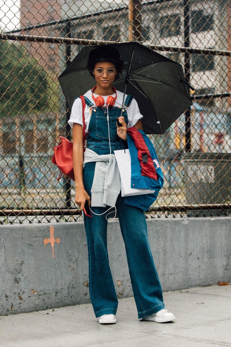 Vào những ngày bạn không muốn cân nhắc quá kỹ trang phục của mình, hãy xỏ một chiếc áo phông bên dưới quần yếm và gọi đó là một ngày. Đây có thể sẽ là lựa chọn của bạn khi mặc đồ một mảnh vì bộ quần áo này rất tiện lợi và linh hoạt.hiếc quần yếm jean sẽ rất hợp mốt khi diện áp thun ngắn tay cùng đôi giày thể thao.