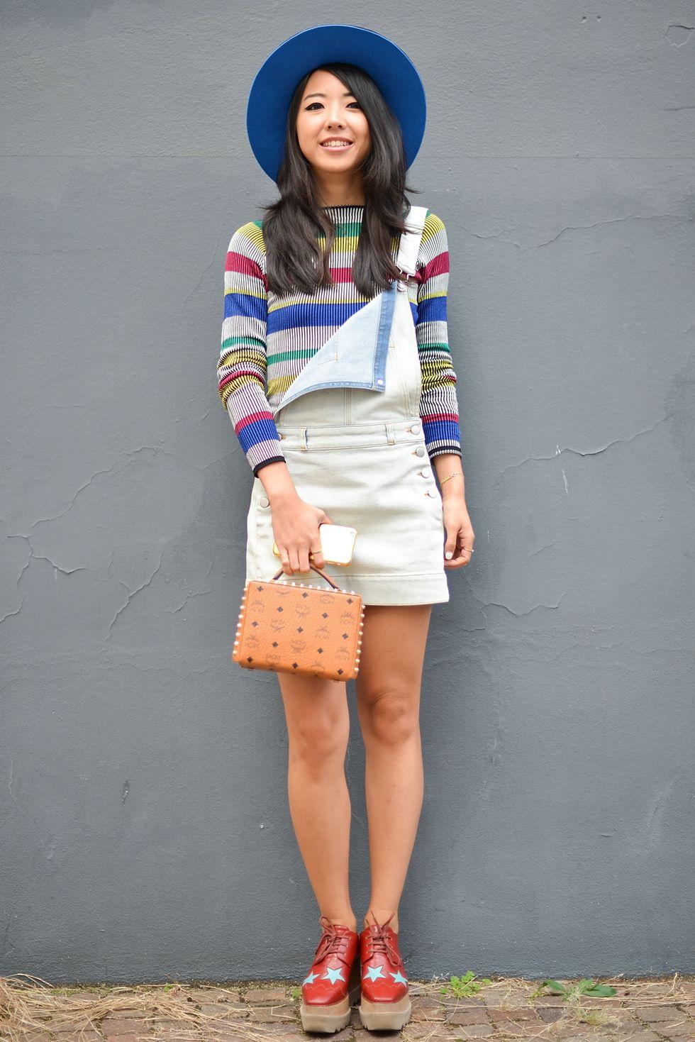 Mặc với áo len nhẹ Khi thời tiết cho phép, bạn sẽ có thể mặc quần short denim với áo len nhẹ như Yuwei Zhangzou đã làm. Đây là những gì chúng tôi gọi là cái nhìn đầu mùa xuân hoặc mùa thu, hay còn gọi là khi nhiệt độ không quá nóng cũng không quá lạnh
