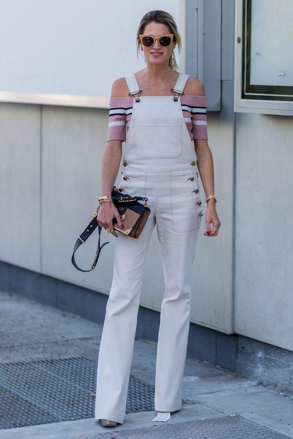 Đừng quá lo lắng về việc liệu đường viền cổ áo của bạn có hợp với quần yếm hay không. Blogger thời trang Helena Bordon chứng minh rằng ngay cả những chiếc áo trễ vai cũng có thể kết hợp với áo một mảnh. Bây giờ đi ra ngoài và khám phá tất cả các tùy chọn phân lớp của bạn!