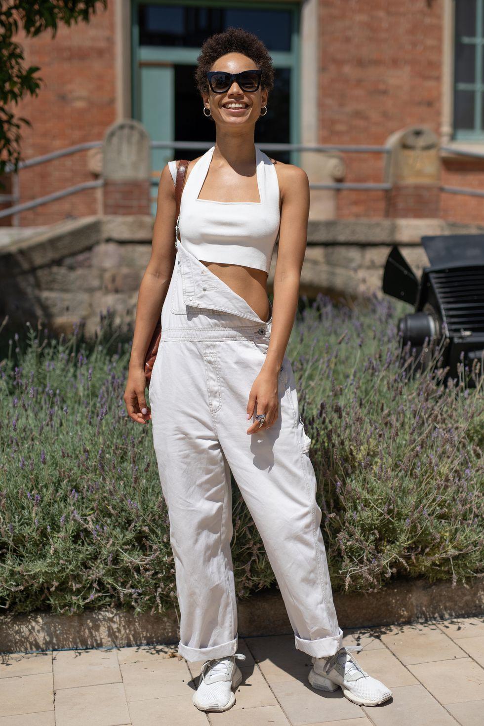 Mặc áo crop top bên dưới Đối với mùa hè, hãy đi với quần yếm denim màu sáng hơn như màu trắng hoặc màu xanh cổ điển. Vì nhiều lớp áo dày sẽ khiến bạn đổ mồ hôi và có thể quá nóng, thay vào đó, hãy chọn một chiếc áo crop top lộ da.