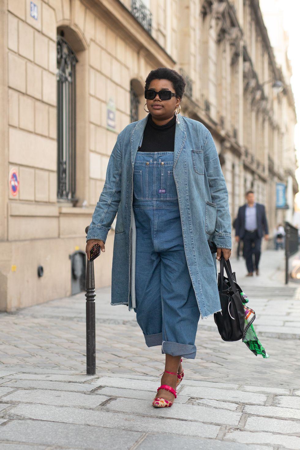 Nhiều người có ngoại hình hơi mũm mĩm thường ngại mặc jean vì sợ nó cứng và trông mập hơn. Thế nhưng, với chei61c yếm jean cộng thêm áo khoác jean, bạn hoàn toàn có thể tự tin  Bạn không bao giờ có thể mặc quá nhiều denim. Hãy tạo ra vẻ ngoài denim-on-denim tối ưu với quần yếm và áo khoác bên ngoài. Bí quyết là giữ hai màu denim tương đồng và phá vỡ tông màu xanh với một phụ kiện sáng màu thông qua giày dép hoặc trang sức của bạn.