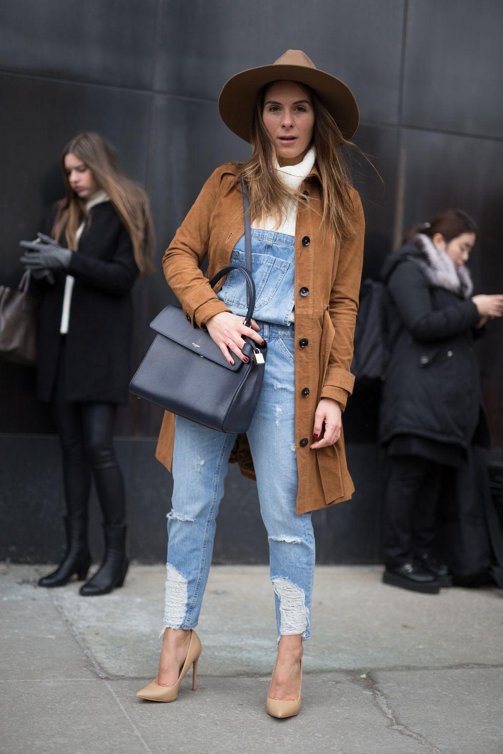 Cũng giống như bạn có thể mặc một chiếc quần jean bó gót yêu thích của mình, bạn có thể tạo kiểu giày cao gót với quần yếm denim. Đây là một cách dễ dàng để tôn lên vẻ ngoài của bạn và tự tin hơn khi diện đồ một mảnh. Bạn không còn là một đứa trẻ nữa!