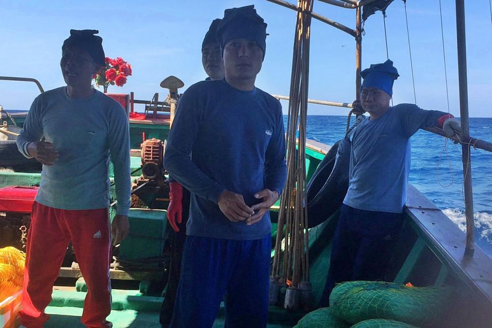 Vào thời điểm lực lượng chức năng phát hiện, trên tàu cá này có 4 ngư dân  Trung Quốc