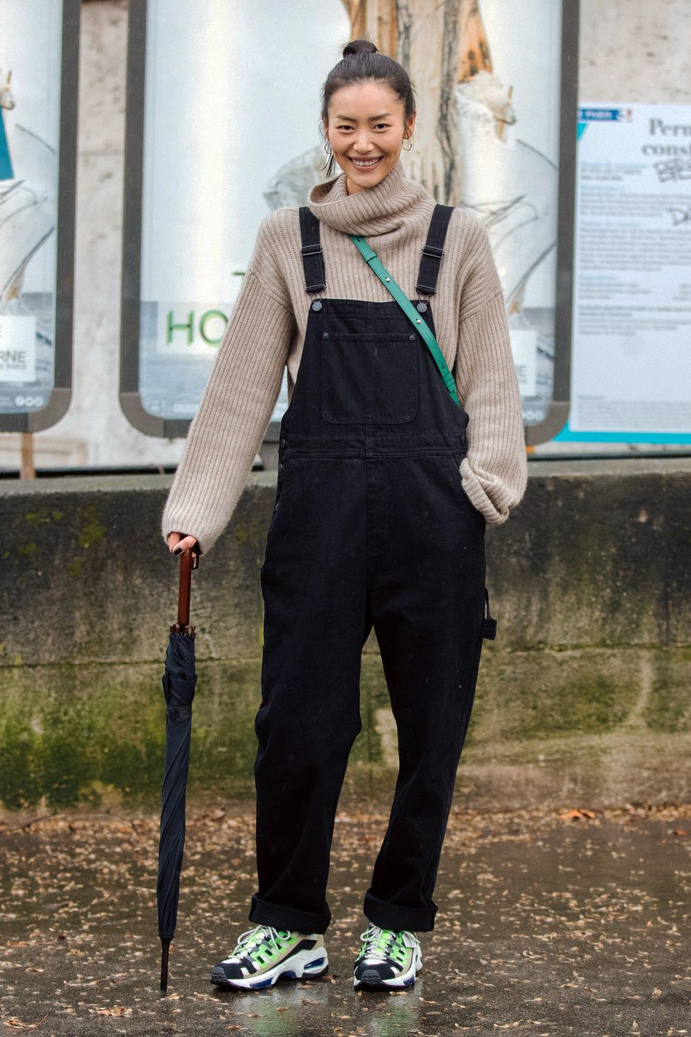 Bạn không cần phải mặc một chiếc quần yếm bó sát cơ thể. Ghi chú từ người mẫu Liu Wen, người đã chọn một chiếc quần ống rộng mà cô mặc bên ngoài chiếc áo cổ lọ màu be nhạt. Đây là combo mùa thu đông bạn nên thử.