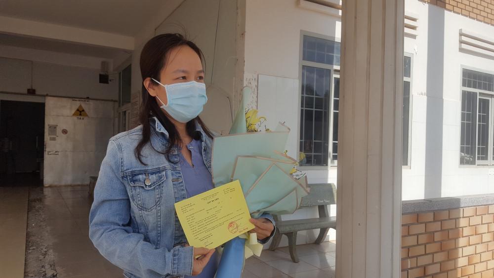 Bệnh nhân 601 không khỏi xúc động khi được cầm trên tay tờ giấy ra viện