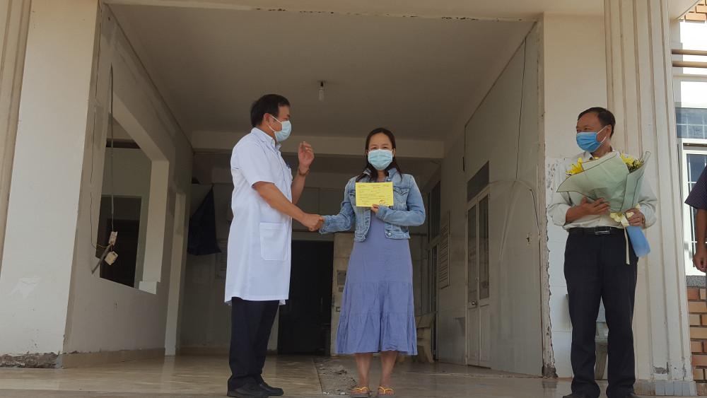 Lãnh đạo Bệnh viện Lao và Bệnh Phổi trao giấy ra viện cho bệnh nhân 601
