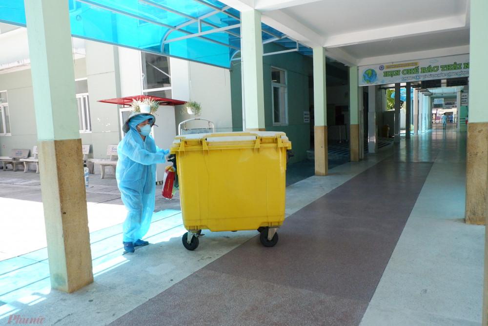 Những ngày đầu sau khi gỡ phong tỏa, Bệnh viện Đà Nẵng tập trung làm sạch môi trường